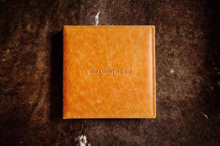 namen voorkant trouwalbum voorbeelden trouwalbums leer bruidsfotografie 0248(pp w768 h511) - HOE KIES JE EEN TROUWALBUM