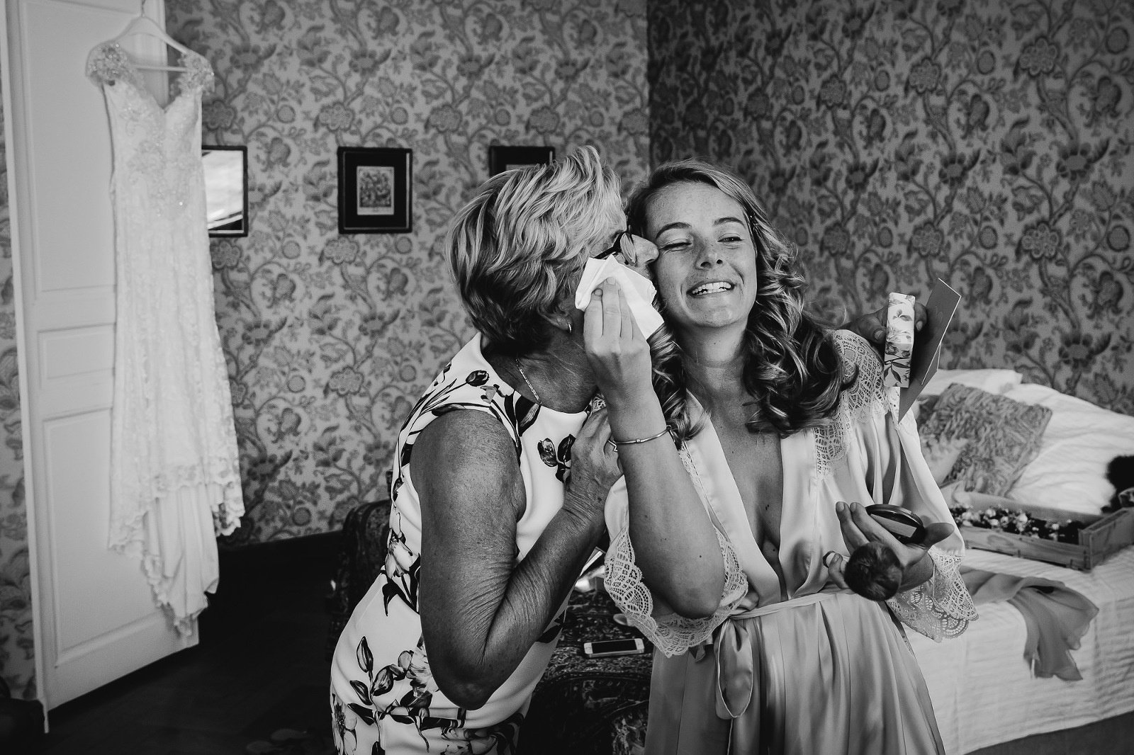 Spontane bruidsfotografie, voorbereiding bruid, journalistieke bruidsfotografie