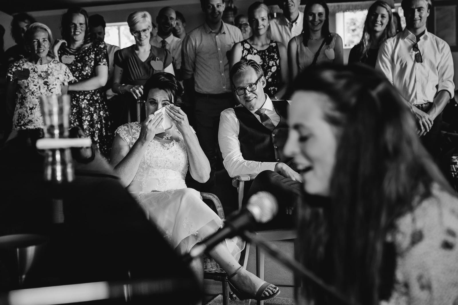 Spontane bruidsfotografie, speech, stukje op je bruiloft, bruidsfotograaf Zwolle, bruidsfotografie, trouwen, trouwfotograaf