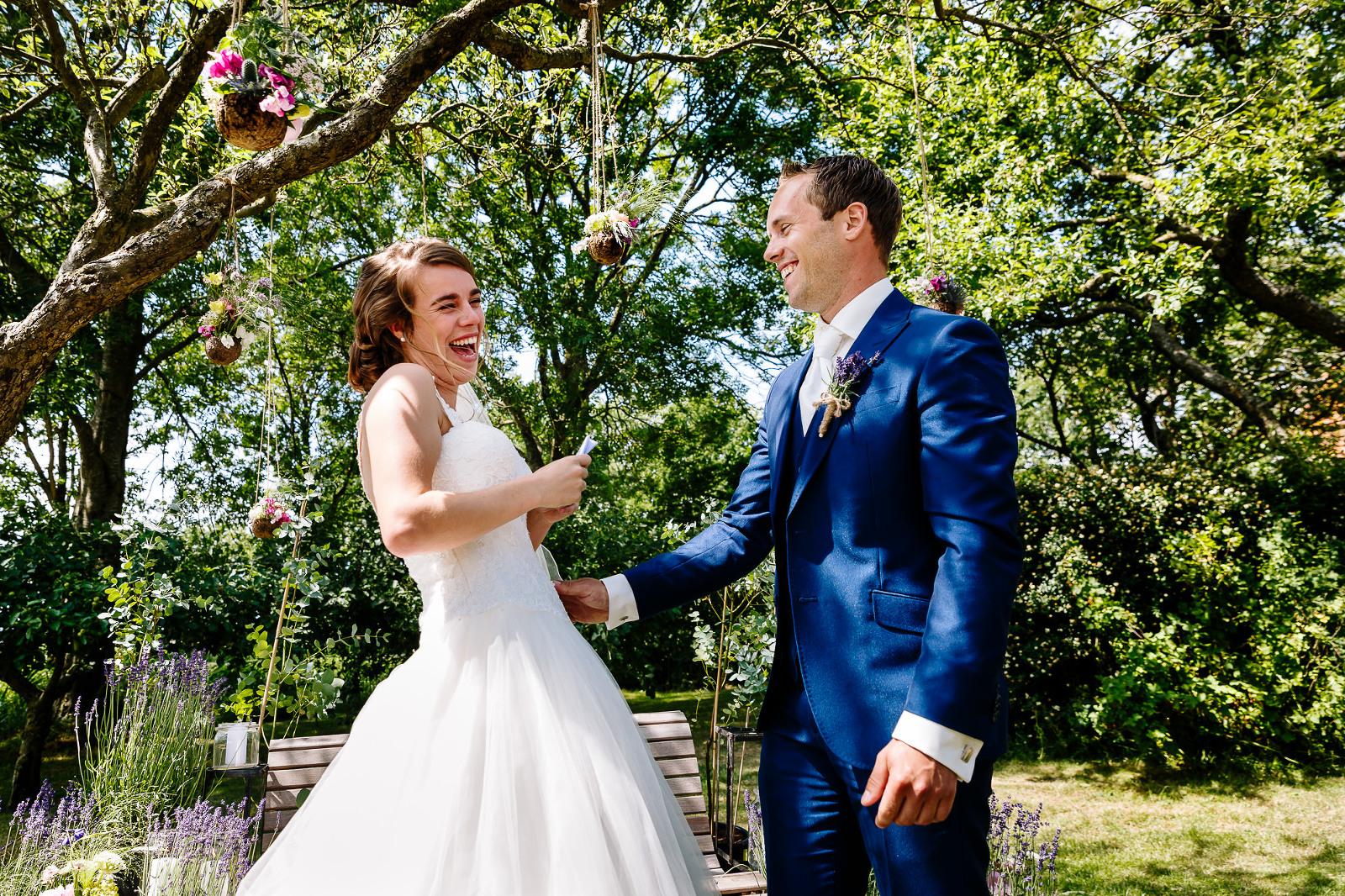 Bruidsfotograaf Friesland, trouwceremonie, spontane bruidsfotografie, it flinke boskje